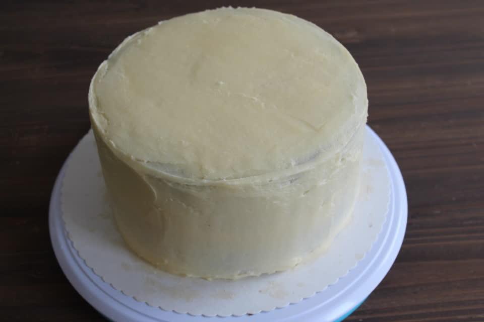 Die Basistorte eingestrichen mit Buttercreme als Vorbereitung für den Fondantüberzug