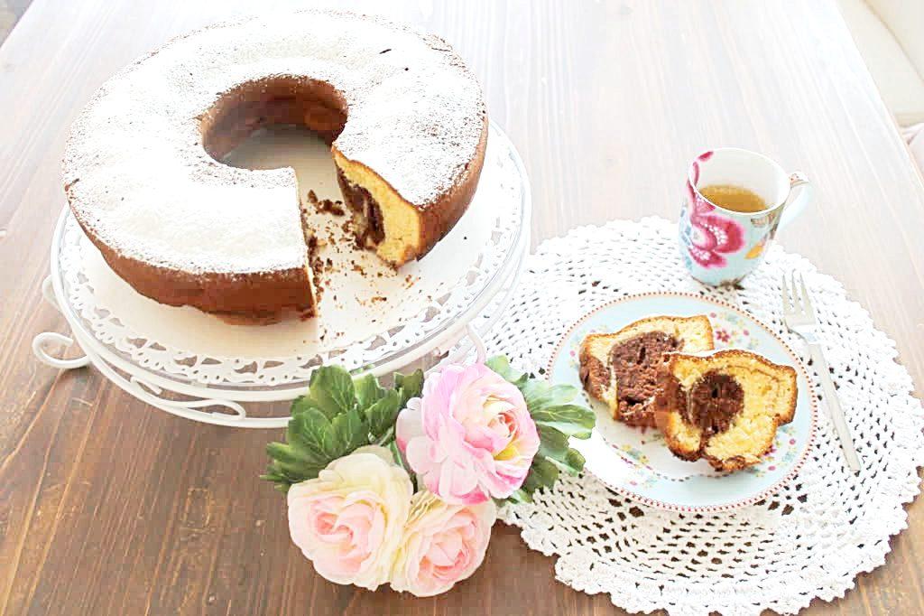 Marmorkuchen aufgeschnitten serviert mit einem Espresso